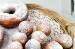 Tự làm bánh donut mềm xốp, thơm ngậy