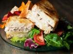 Bánh mì kẹp cá ngừ đóng hộp đơn giản, dễ ăn