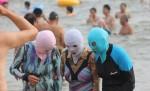 """TRUNG QUỐC: Xuất hiện mặt nạ chống nắng cực """"dị"""" hút chị em"""