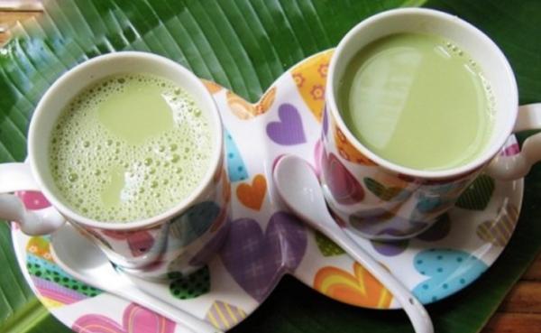 Rang đậu xanh xay thành bột mịn pha nước uống